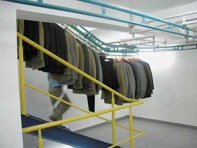 Dopravníkové systémy - podvěsné dopravníky pro oděvní výrobu