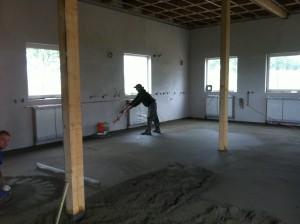Hlazení průmyslové betonové podlahy
