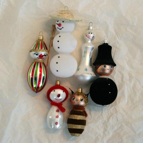 Skleněné vánoční ozdoby v mnoha barevných odstínech