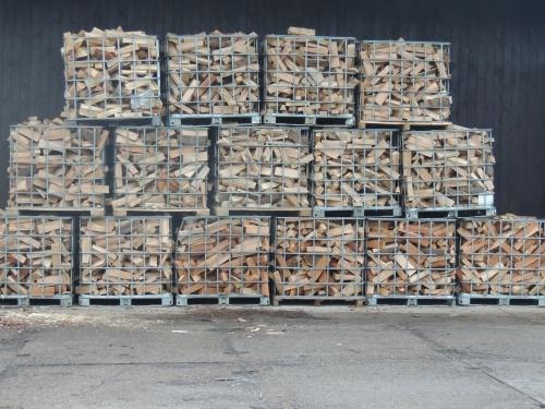 Štípané dřevo na paletách