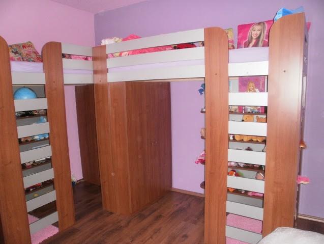 Posuvné dveře do úzké chodby, patrové postele se schody, dřevěné schodiště