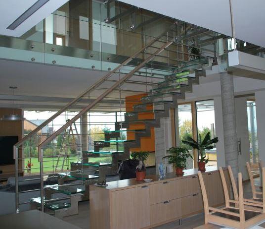 Sklenářství SAŠ GLASS s.r.o. vyrábí například skleněná schodiště