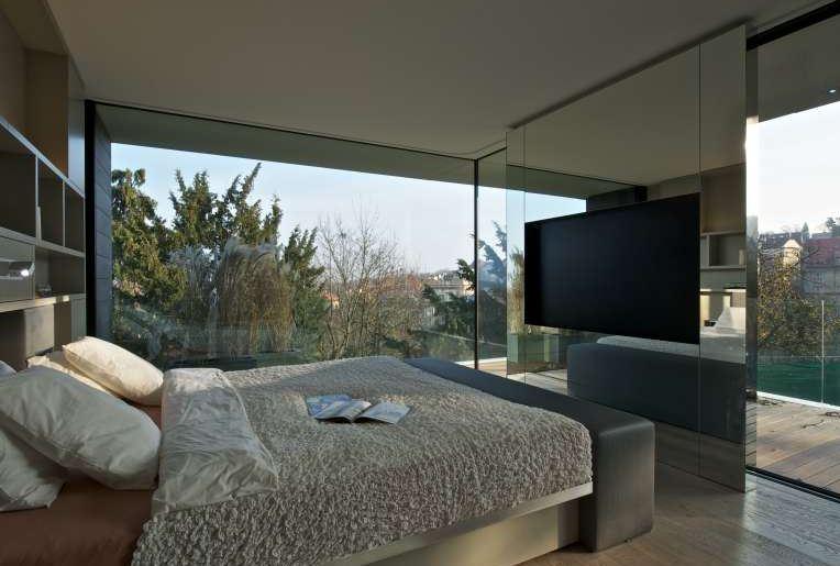 Moderní skleněné obklady v ložnici