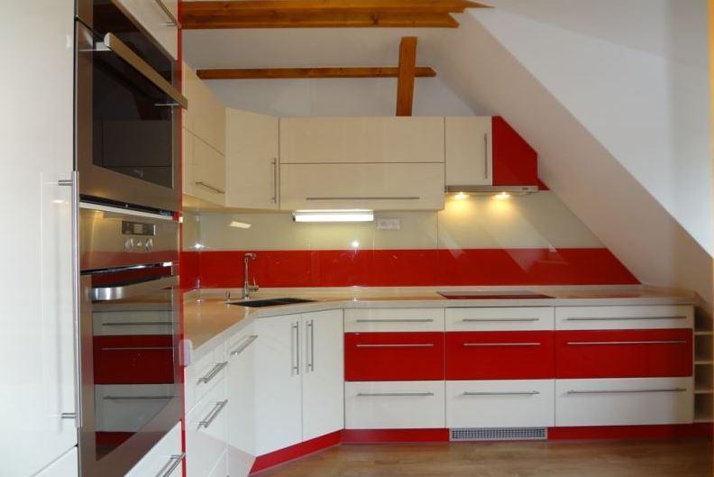 Moderní skleněné obklady se dají použít i v kuchyni