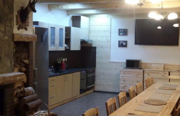 Chata Hubert je vybavena moderní kuchyní i krbem
