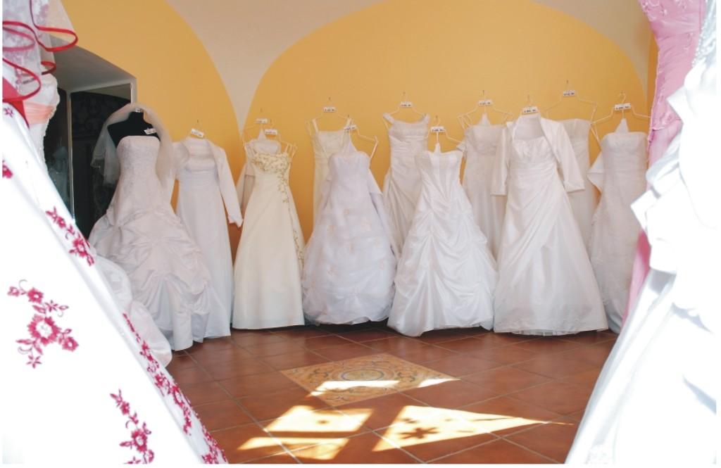 Největší výběr svatebních a společenských šatů - půjčovna