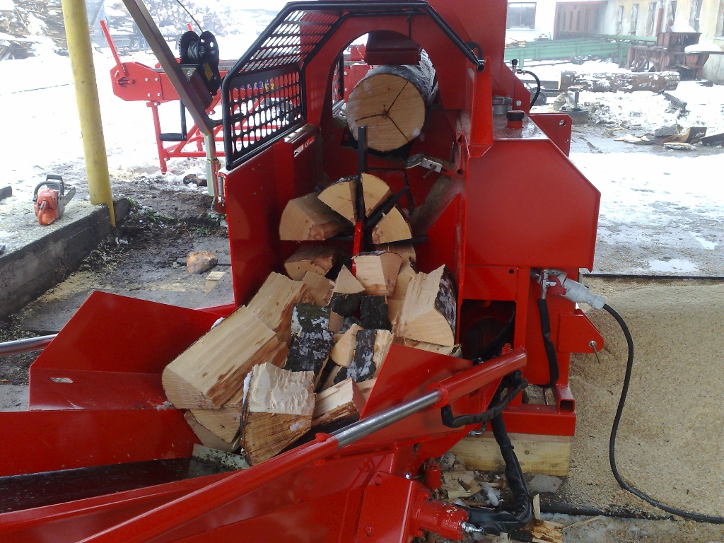 Palivové štípané dřevo na topení Tšinec