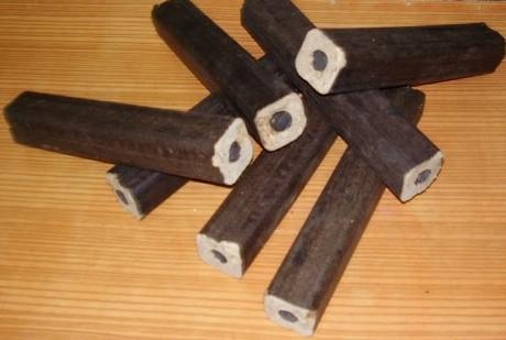 Dřevní brikety Pini Kay s průřezem pro dokonalé spalování a vysokou výhřevnost