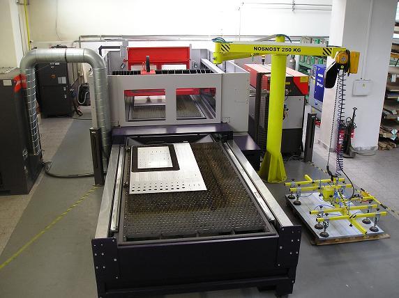 Laserové řezání materiálu na CNC stroji Abner