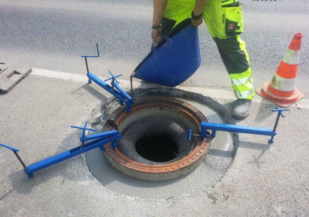 Uložení samonivelačních kanalizačních poklopů Plzeň - zabudování do nových i rekonstruovaných vozovek