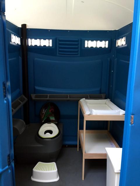 Toaletní kabina s přebalovacím pultem