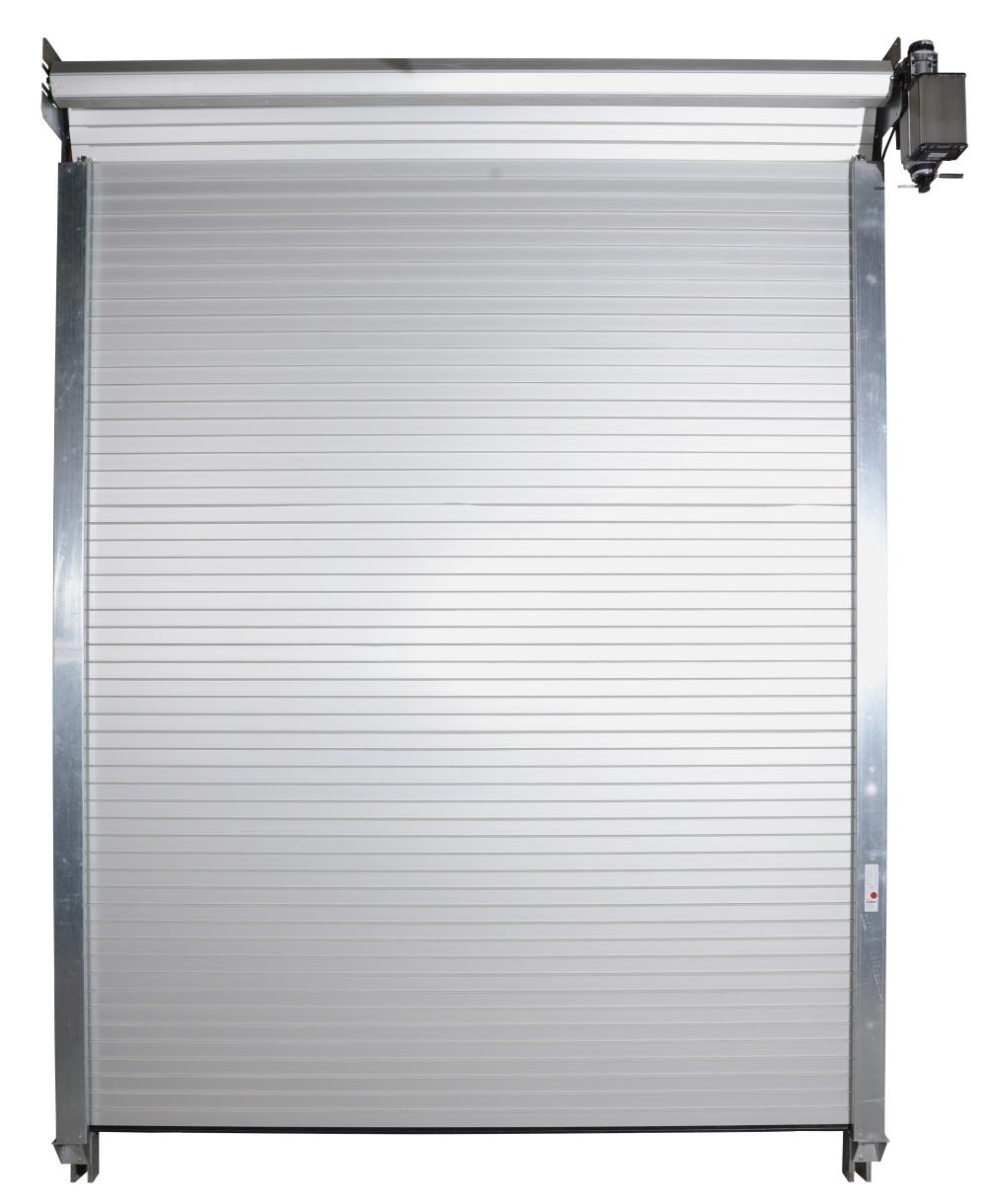 Vrata z lamel o výšce cca 90 mm zaklesnutých do sebe zámky.