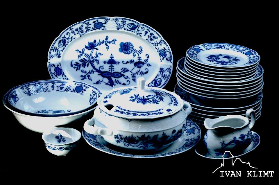 Tradiční cibulový vzor zdobí porcelánové hrnky, talíře, mísy i jiné kusy nádobí