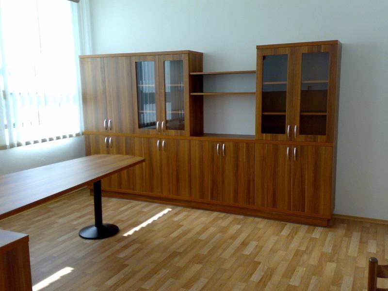 Nábytek do kanceláře-jednací stoly, kancelářské skříně, dřevěné police