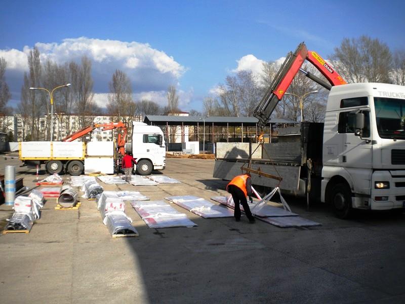 Nákladní a silniční autodoprava s hydraulickou rukou pro přepravu stavebního materiálu