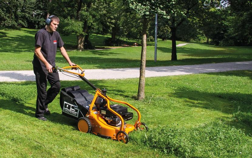 Prodejce, profesionální sekačka na trávu