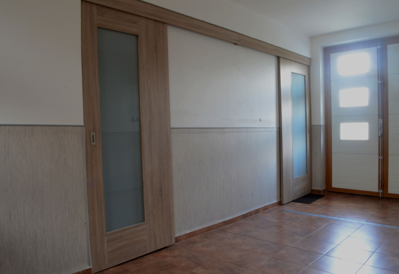 Plné i prosklené posuvné interiérové dveře-instalace na zeď, do pouzdra