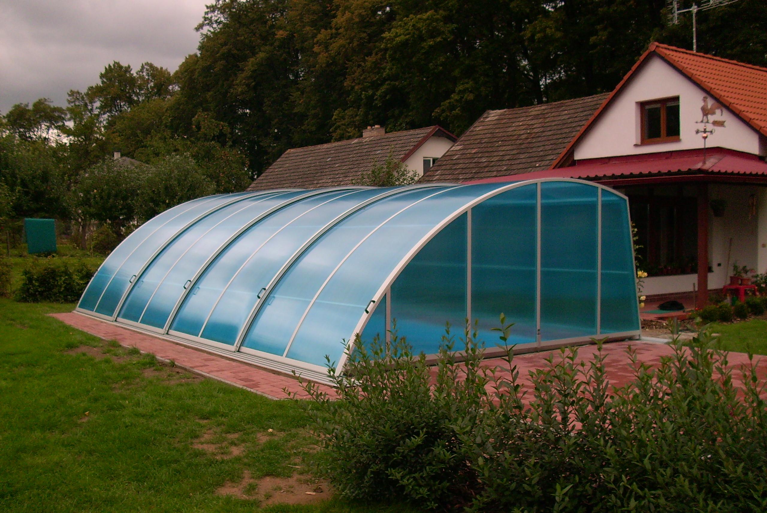 Zastřešení bazénu zvyšuje bezpečnost, prodlužuje koupací sezónu a snižuje náklady