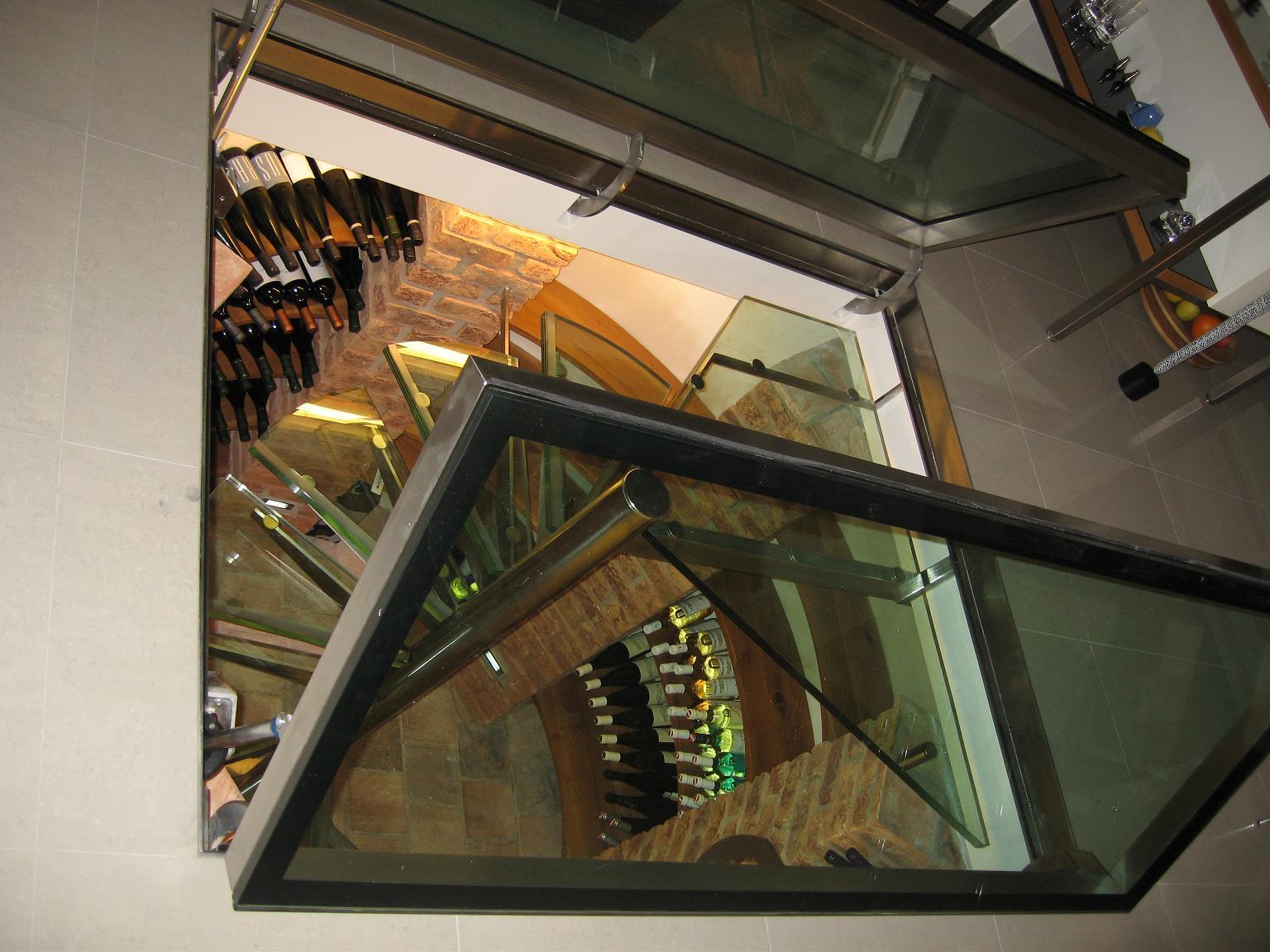 Interiérová skleněná vinotéka, netradiční domácí vinotéka ze skla -  pochozí sklo typu CONNEX