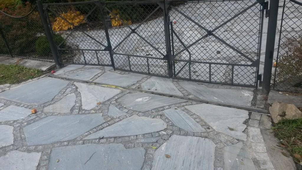 Venkovní kamenná dlažba z přírodního kamene je elegantním a originálním řešením