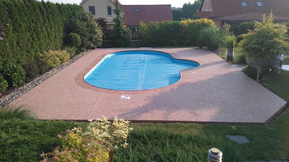 kamenný koberec u bazénu