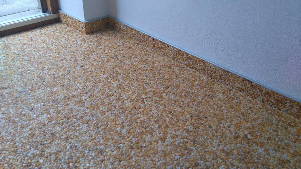 mramorový koberec na zem v interiéru domu