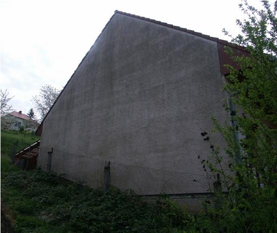 Fasáda domu před chemickým čištěním