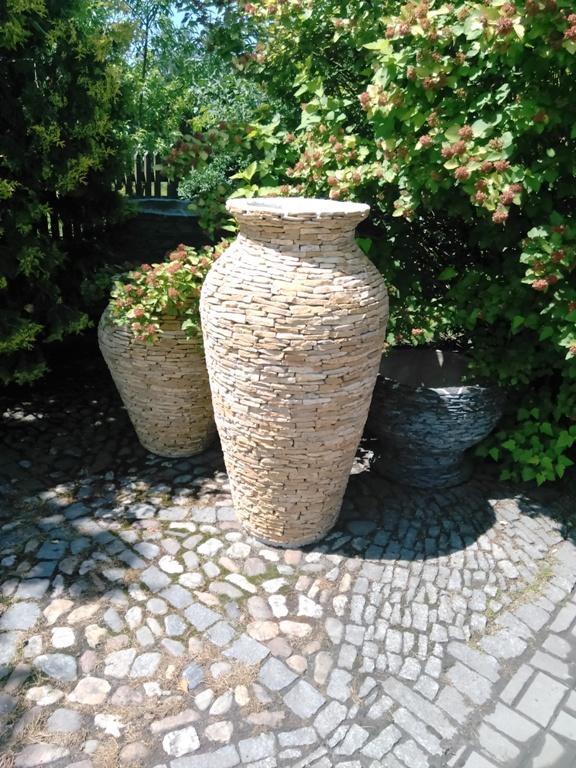 Amfory jako zahradní doplněk - okrasné kamenné vázy na zahradu