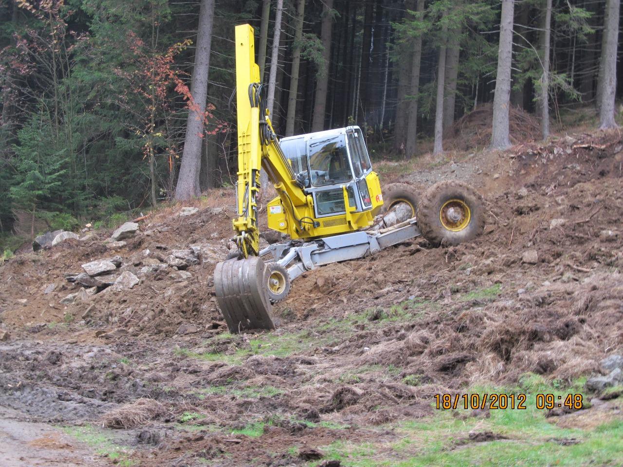 Zemní práce bagrem v těžko přístupném terénu hor, lesů, koryt řek a rybníků