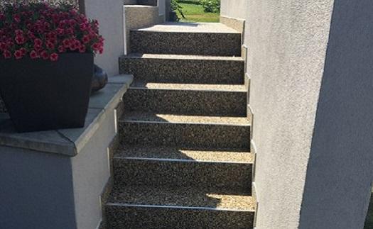 Kamenný koberec PHOBOS na schodech
