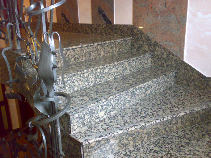 Opracování přírodního kamene, povrchové úpravy žuly, pískovce, mramoru a travertinu