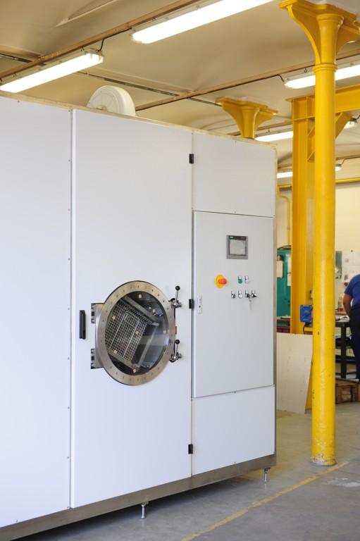 Zařízení pro čištění dílů znečištěných olejem, emulzemi