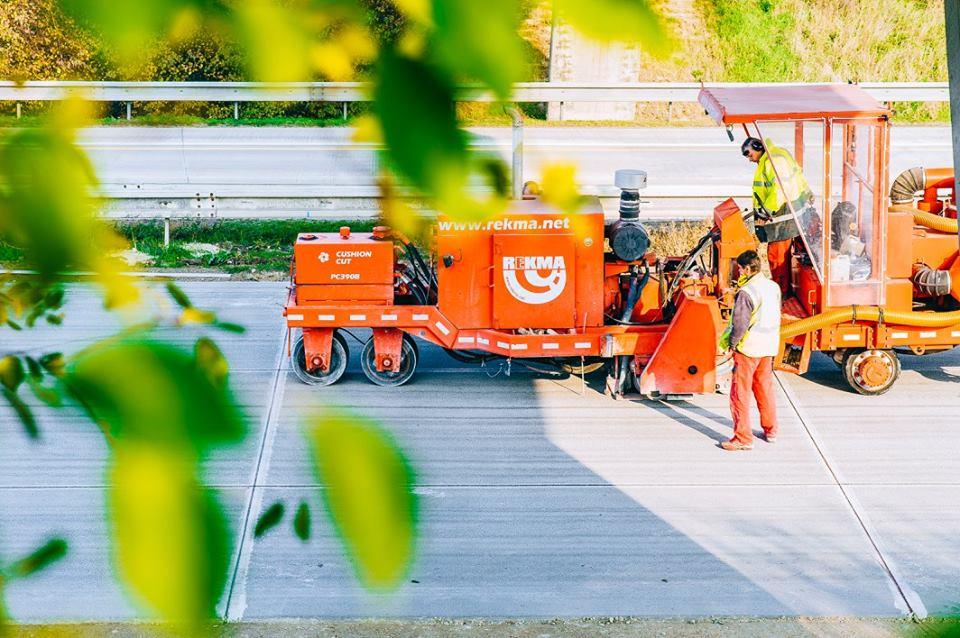 Stroje a materiály pro opravy a údržbu povrchů dálnic, silnic