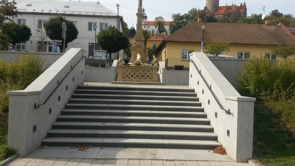 Kamenné venkovní dlažby i schody jsou ozdobou každé zahrady i náměstí