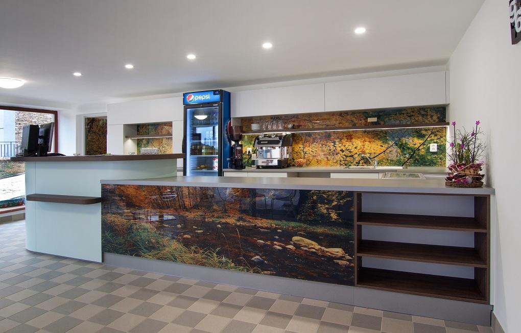 Recepční, barové pulty a další vybavení komerčních prostor ze skla