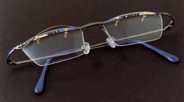 Lakování a ruční malování brýlí, psacích per a zapalovačů s unikátním designem