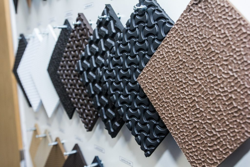 Kompaktní a lehčené obuvnické pryžové plotny (desky) s různým dezénem