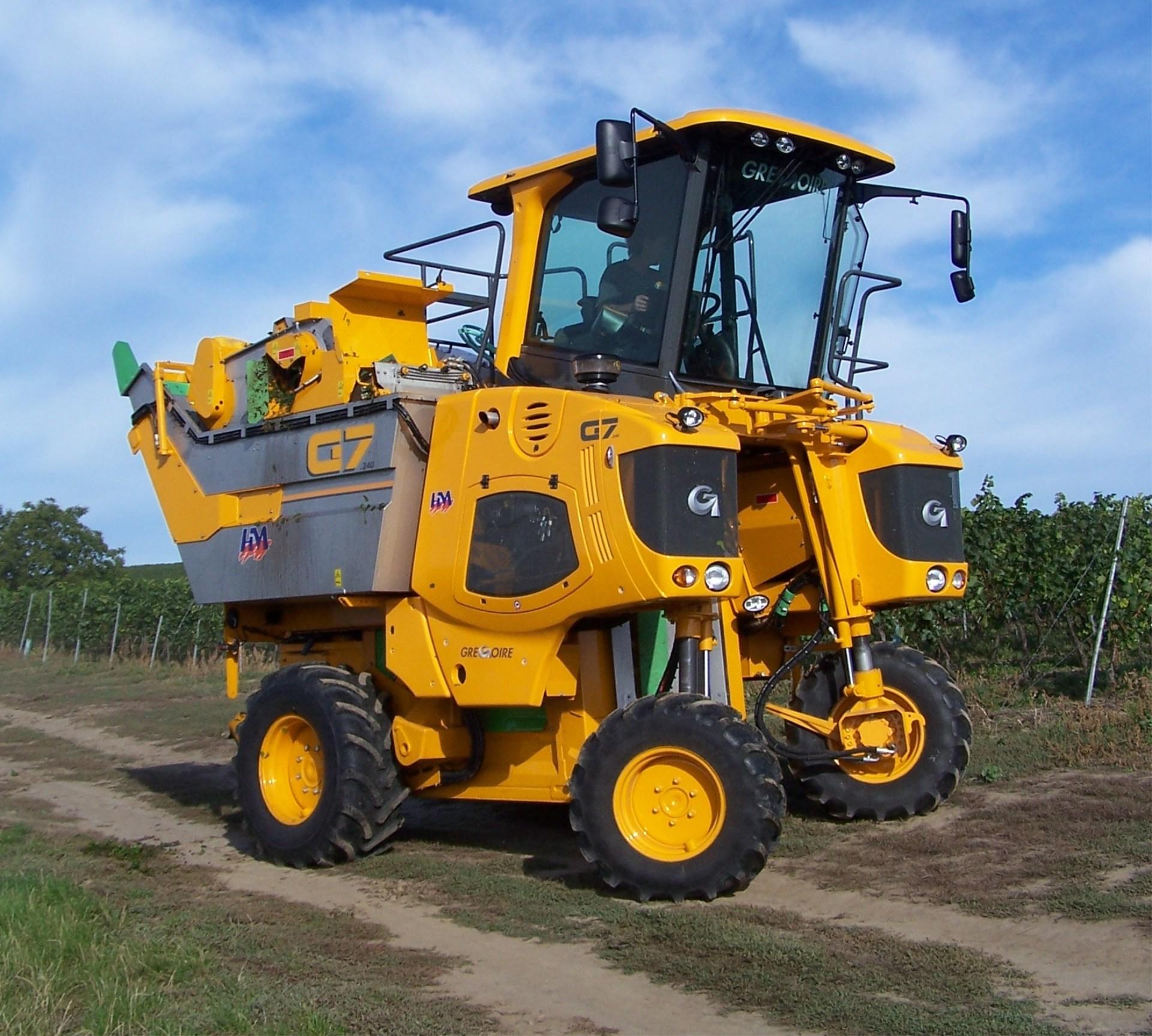 Prodej techniky do vinic a sadů - stroje na sklizeň hroznů, speciální traktor do sadů a vinic