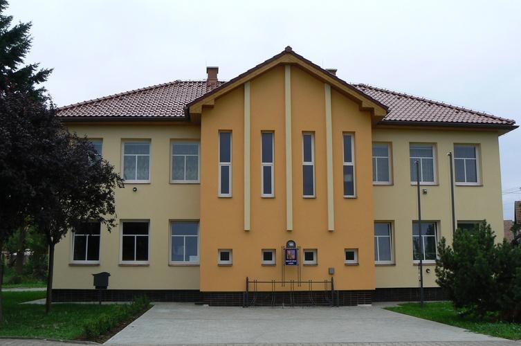 Obec Lodín v Královéhradeckém kraji v těsné blízkosti města Hradec Králové