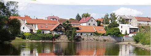 Obec Slaník na břehu řeky Otavy s vodáckým kempem