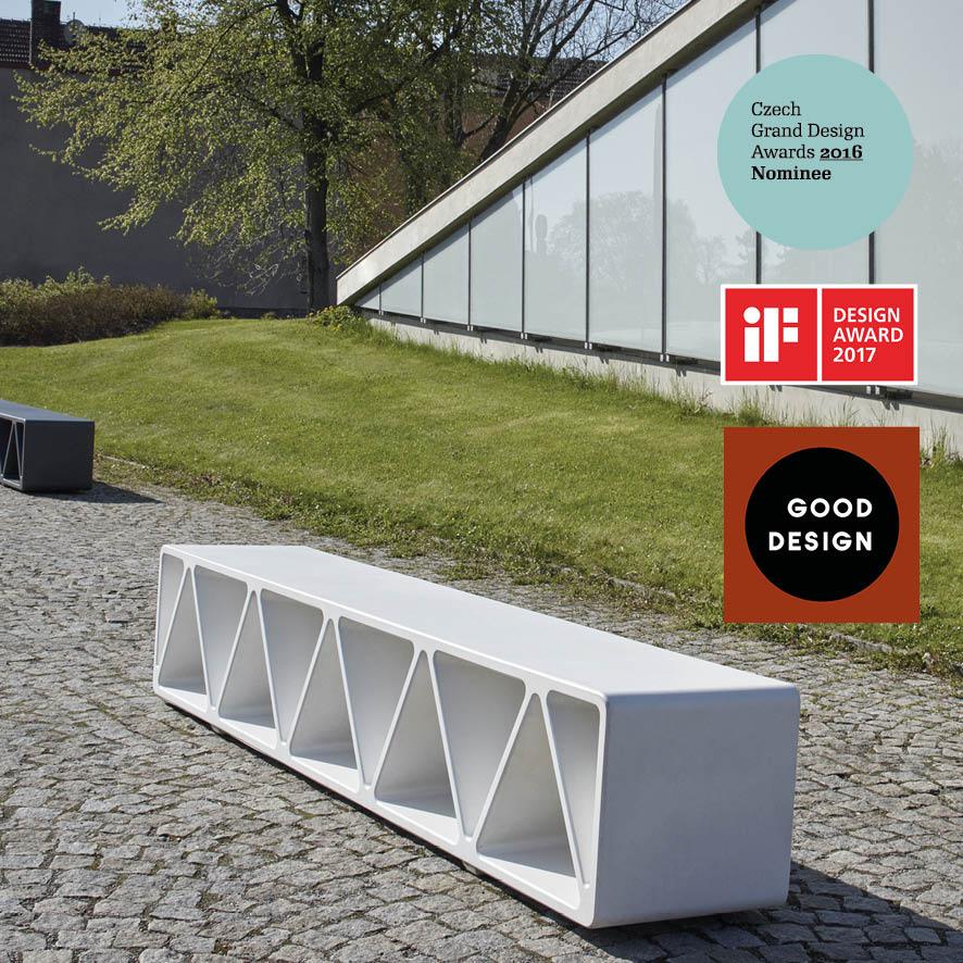 Betonová lavice Construqta, odpadkový koš Minium a jednosedák Blocq v designovém provedení