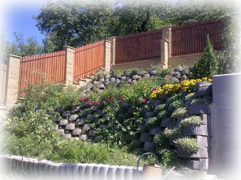 úpravy terasové zahrady a oplocení