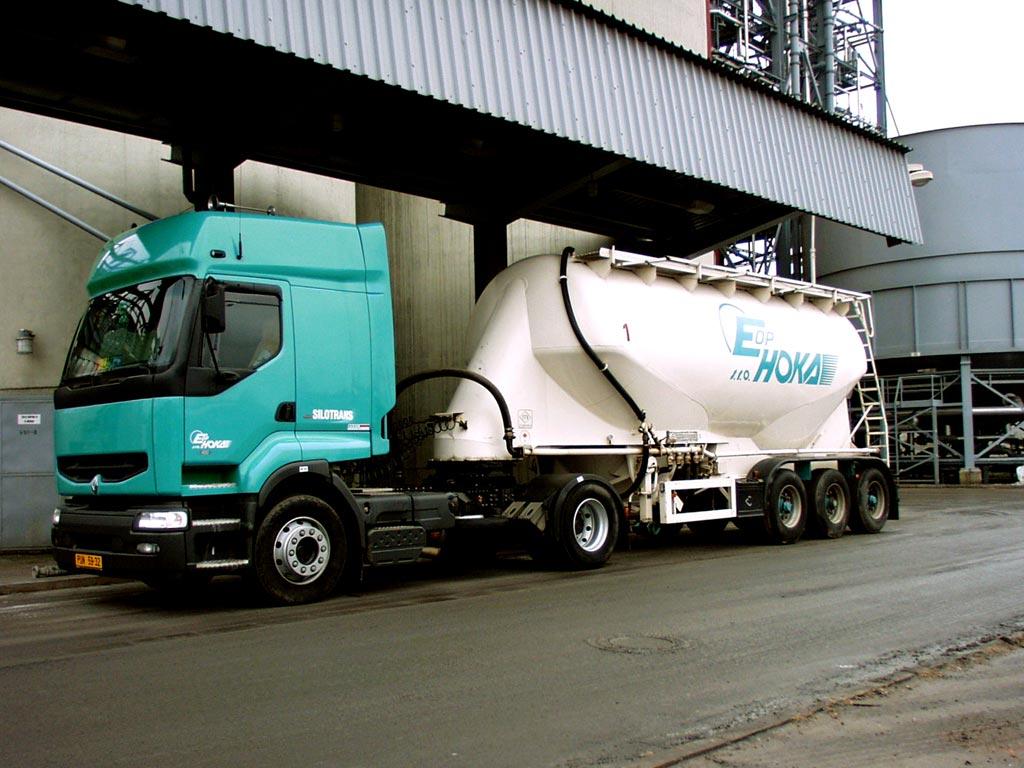 Přepravce sypkých hmot velkoobjemovými sklápěči cisternami