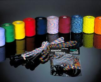 Oděvní šňůry jsou vyráběny ze 100% polyesterového hedvábí - pletené šňůry