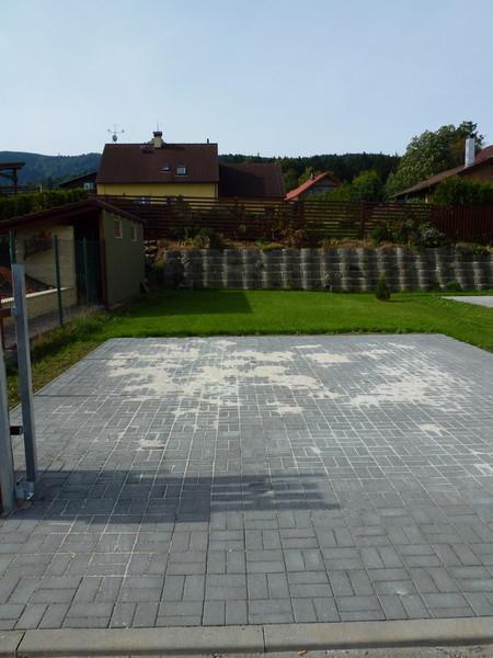 Zámkové a skládané dlažby pro dokonalé zpevnění plochy