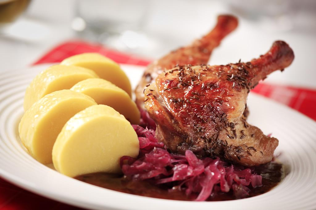 Stylová restaurace připraví speciality na objednávku - pečená kachna, tatarák