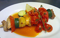 specialita restaurace - masový špíz s grilovanou zeleninou