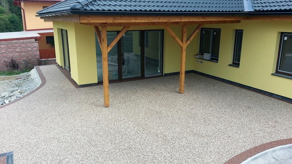 Interiérová a exteriérová kamínková litá dlažba – kvalitní povrch beze spár