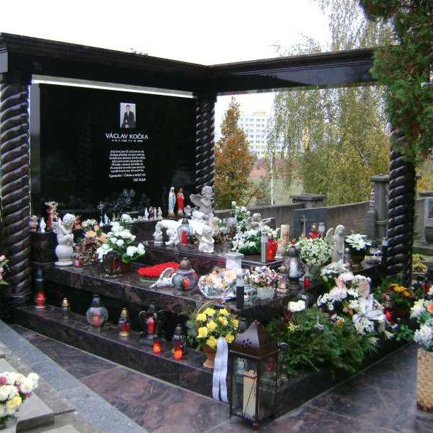 Výrobu pomníků, náhrobků, hrobů, hrobek, památníků zajišťuje firma HV-GRANIT s.r.o.