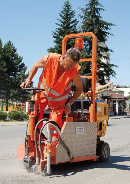 Oprava, rekonstrukce silničních živičných výtluků a spár v komunikaci